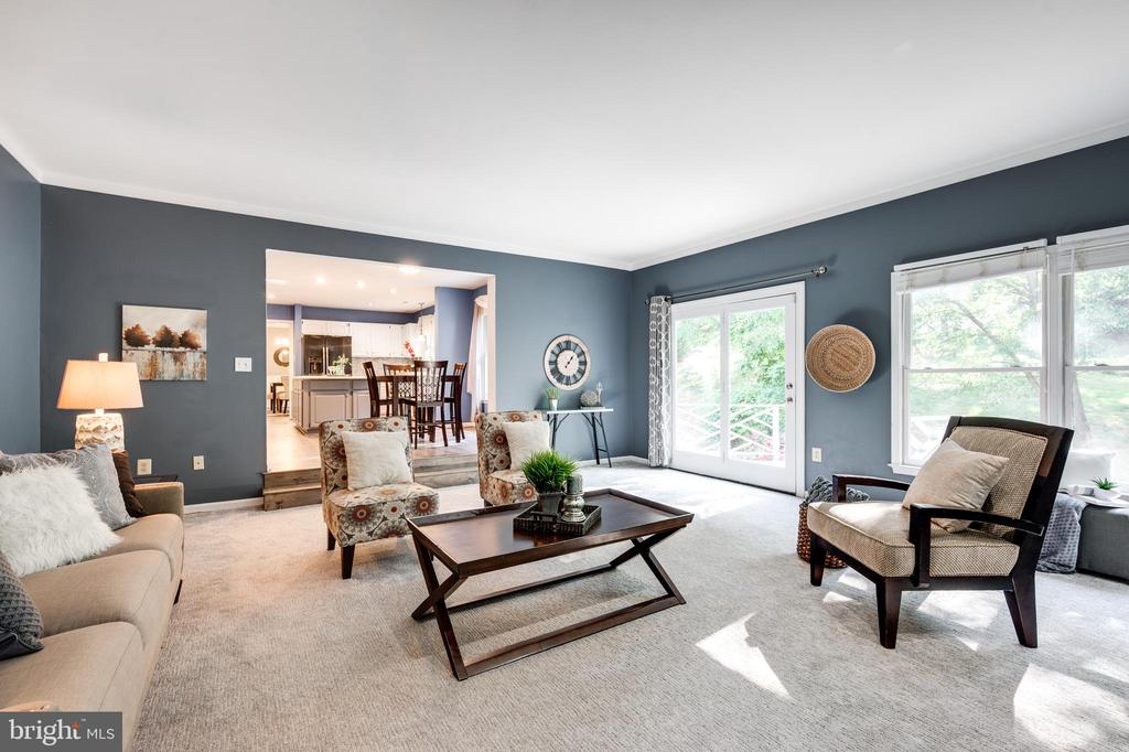 Light and spacious family room - 348 EUSTACE RD, STAFFORD