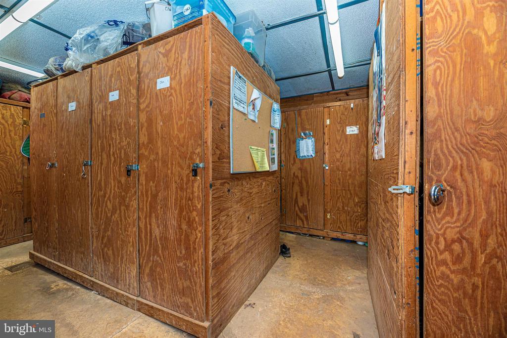 lower barn tack room with lockers - 11437 BETHESDA CHURCH RD, DAMASCUS