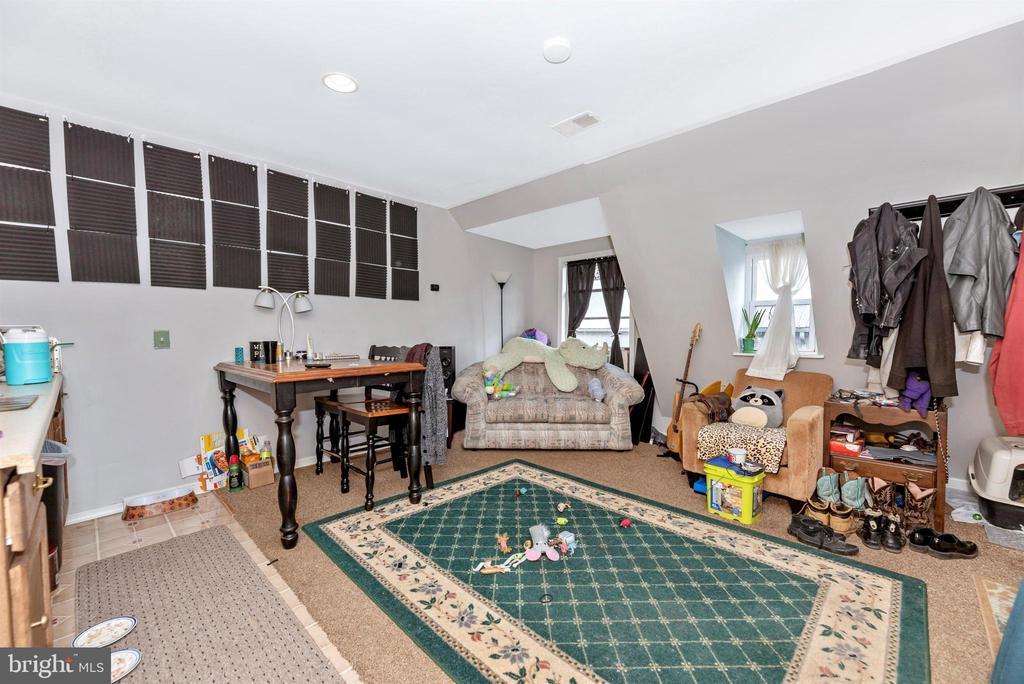 one bedroom apartment over barn - 11437 BETHESDA CHURCH RD, DAMASCUS