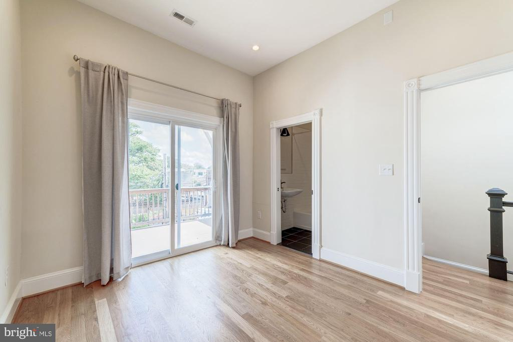 Sunny second bedroom with en-suite full bathroom - 704 G ST NE, WASHINGTON