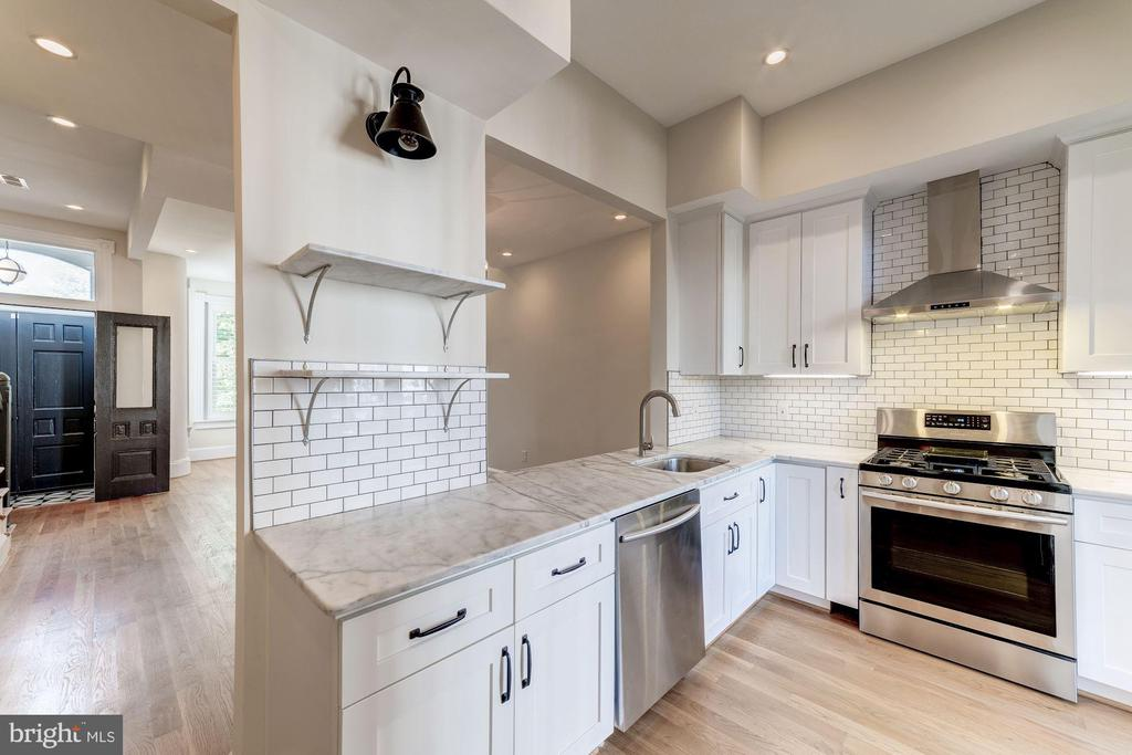 Stainless steel appliances & subway backsplash - 704 G ST NE, WASHINGTON