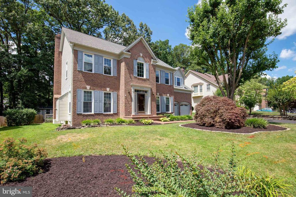 Meticulously Maintained Colonial - 9510 CLAYCHIN CT, BURKE