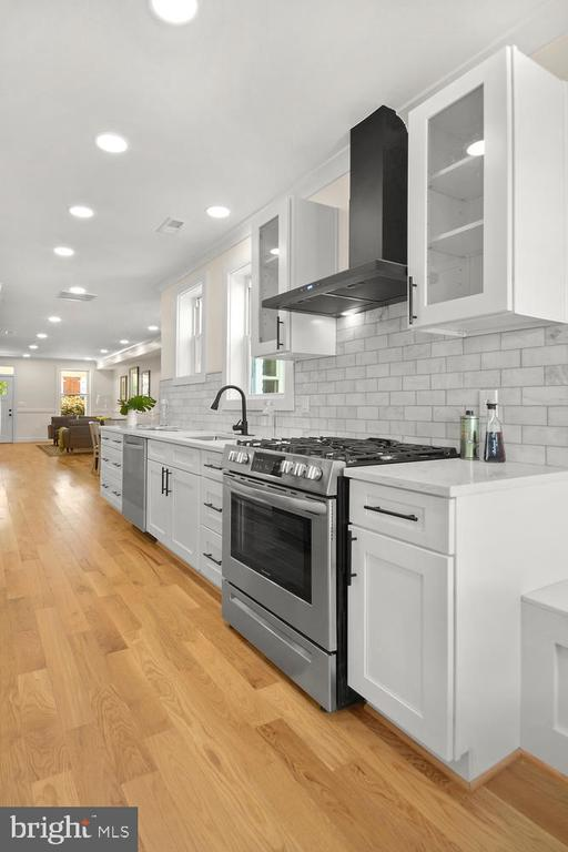 Stainless steel, ceramic tile and B&W detailing - 1734 INDEPENDENCE AVE SE, WASHINGTON
