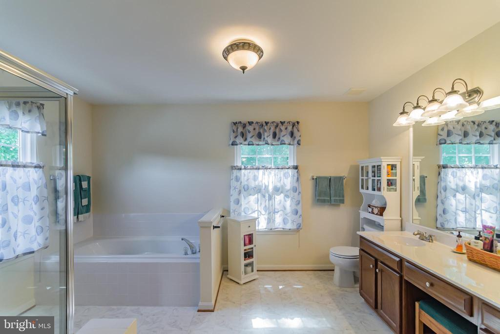 Large master bath - 36 WESTHAMPTON CT, STAFFORD