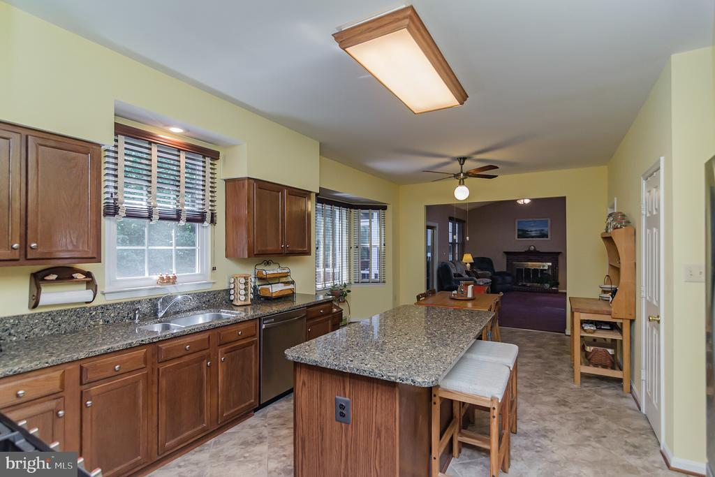 Island with extra seating - 36 WESTHAMPTON CT, STAFFORD