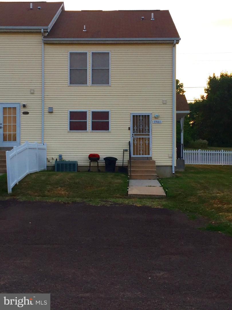 Single Family Homes para Venda às Chester, Pensilvânia 19013 Estados Unidos