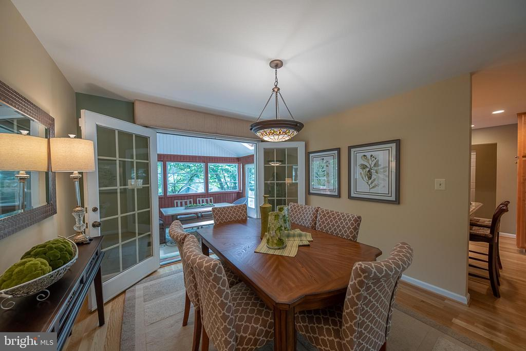 Dining room  adjacent to kitchen peninsula seating - 505 WOODSHIRE LN, HERNDON