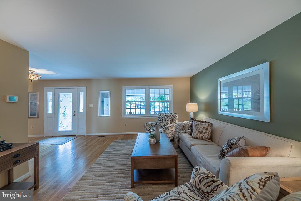 View of foyer from front living room - 505 WOODSHIRE LN, HERNDON
