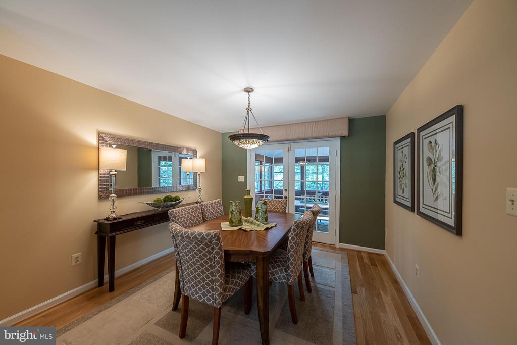 Dining room with stained glass light fixture - 505 WOODSHIRE LN, HERNDON