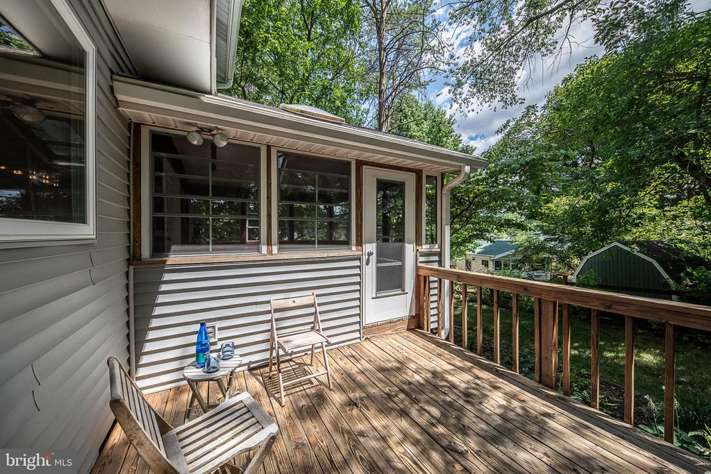 Even more outdoor living space outside on the deck - 505 WOODSHIRE LN, HERNDON