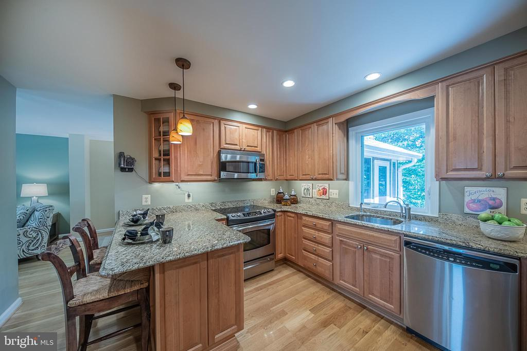 Stainless steel appliances - 505 WOODSHIRE LN, HERNDON