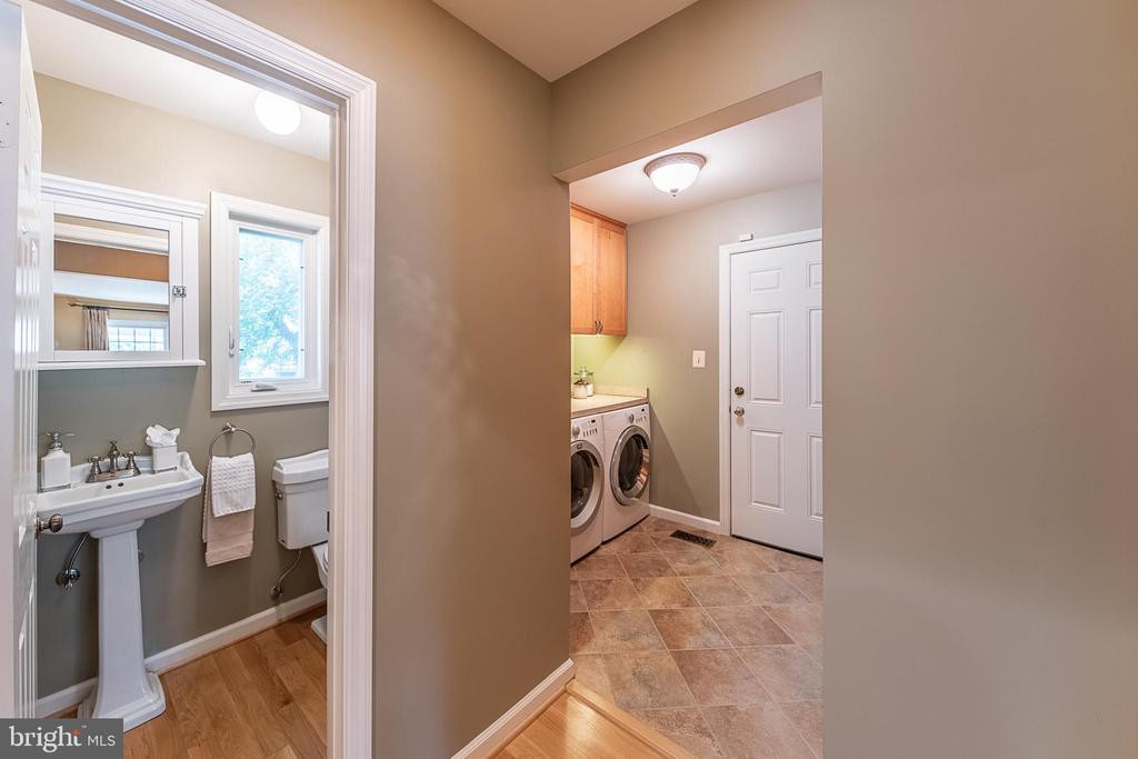 Main level powder room adjacent to drop zone entry - 505 WOODSHIRE LN, HERNDON