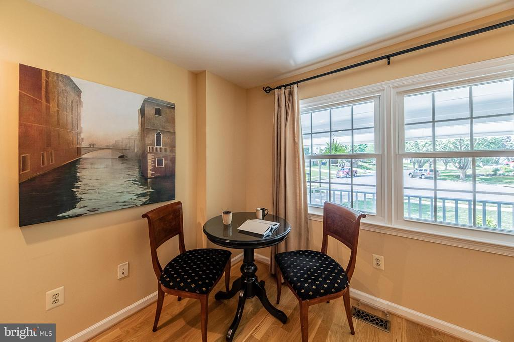Read, relax, study, or chat - 505 WOODSHIRE LN, HERNDON