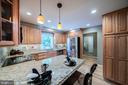 Beautiful maple cabinets, granite, pendant lights - 505 WOODSHIRE LN, HERNDON