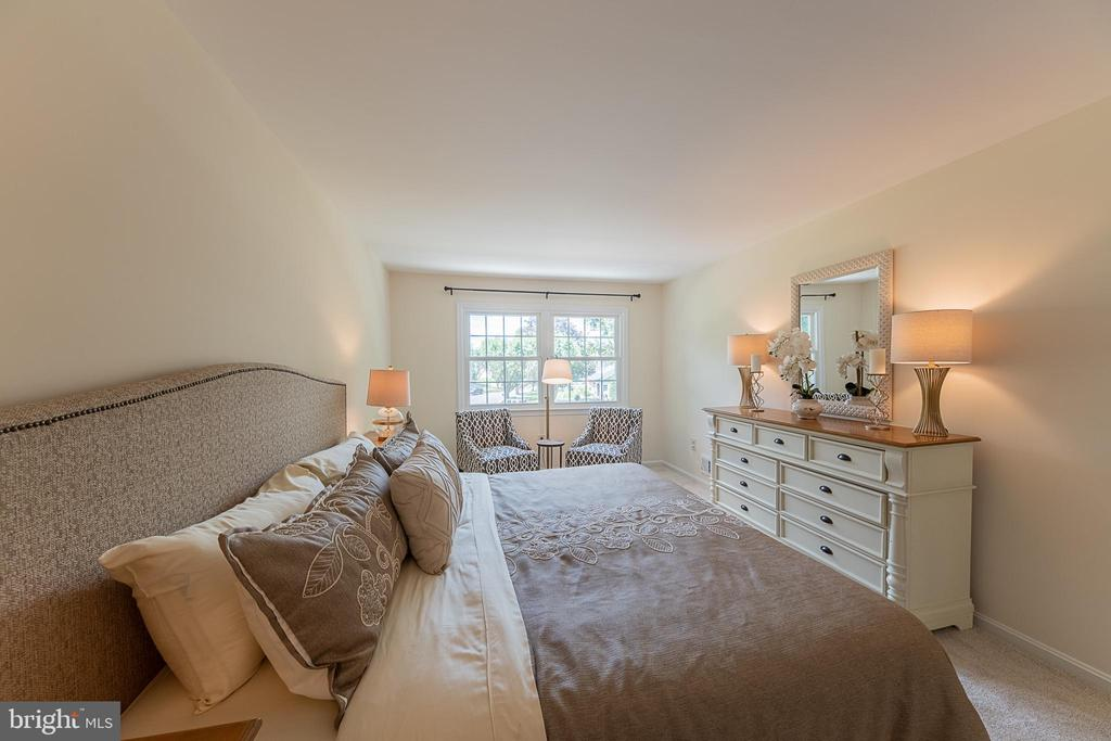 Easily fits king bed, sitting area, dresser + more - 505 WOODSHIRE LN, HERNDON