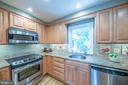 Kitchen overlooks backyard - 505 WOODSHIRE LN, HERNDON