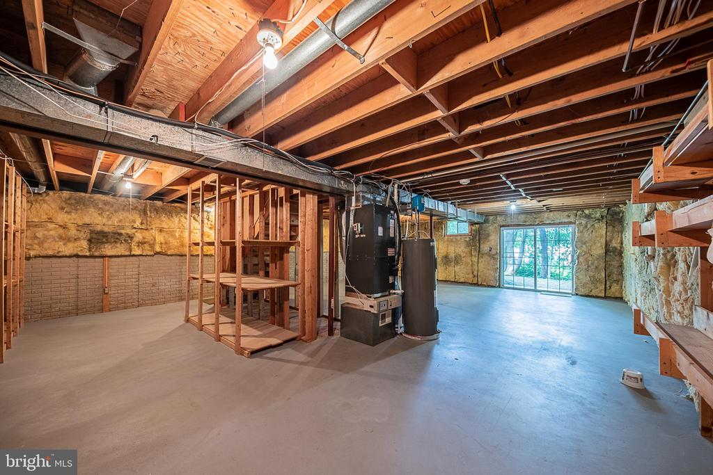 Basement features walkout to side yard - 505 WOODSHIRE LN, HERNDON