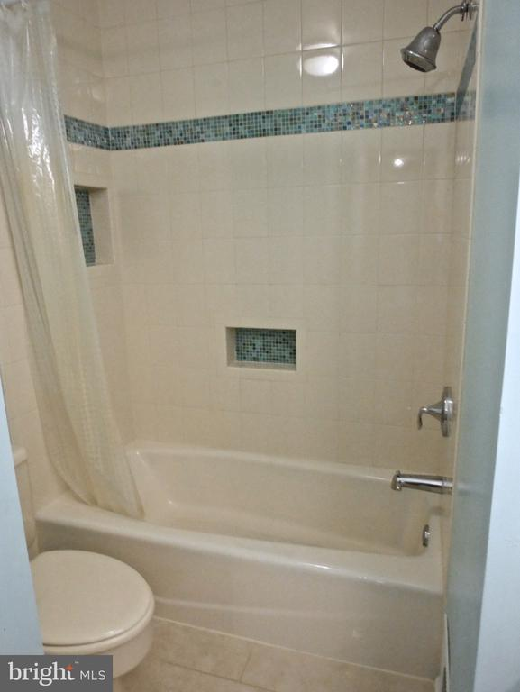 Upper Level Full Bath - 12003 MEADOWVILLE CT, HERNDON