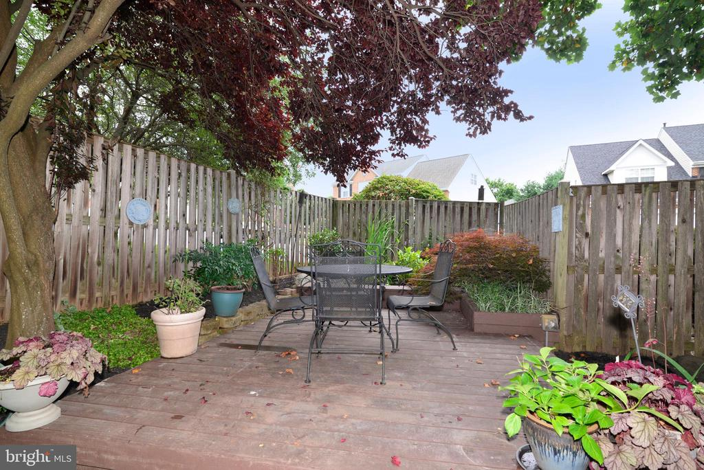 Private Patio with pond - 47322 WESTWOOD PL, STERLING