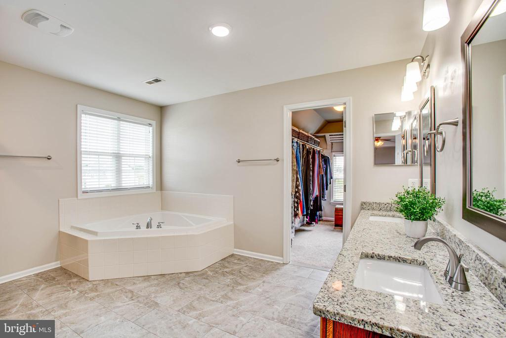 Updated master bath with dual vanity - 9 GALLERY RD, STAFFORD