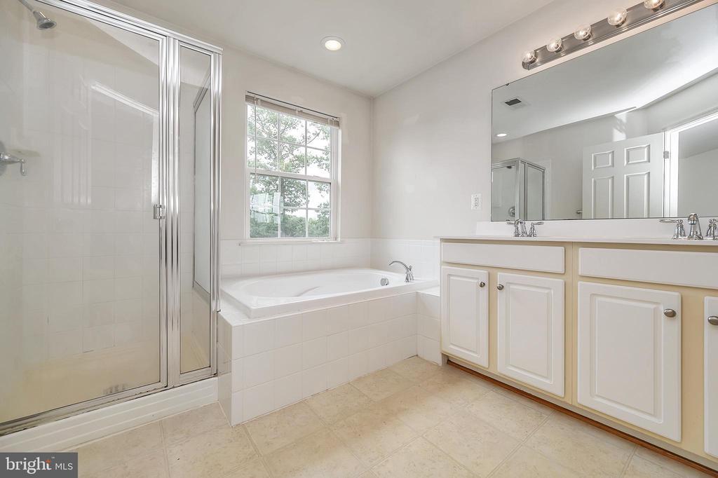 Mast. bath w/soaking tub, dbl vanity, stall shower - 48 HUNTING CREEK LN, STAFFORD