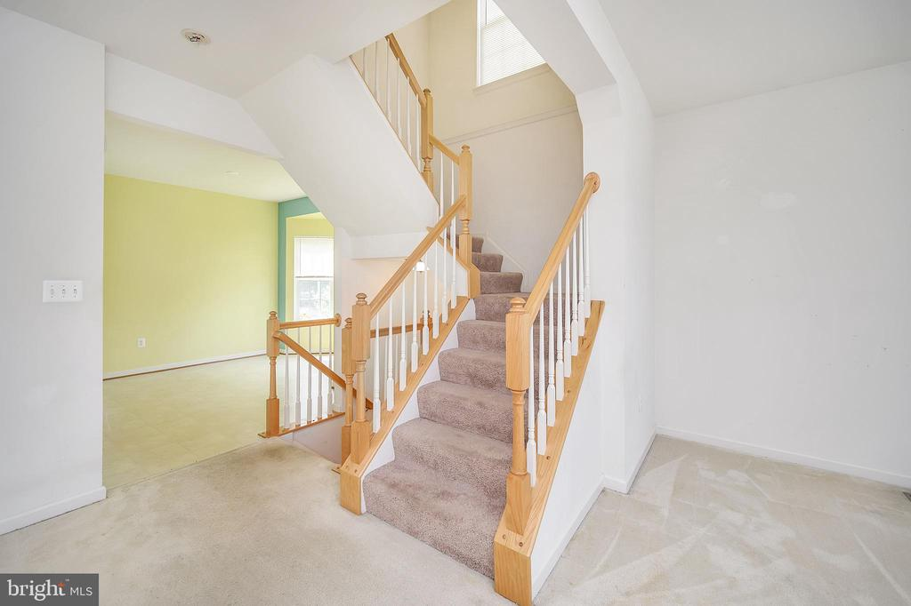 Stairwell leading to 3rd level from living room - 48 HUNTING CREEK LN, STAFFORD