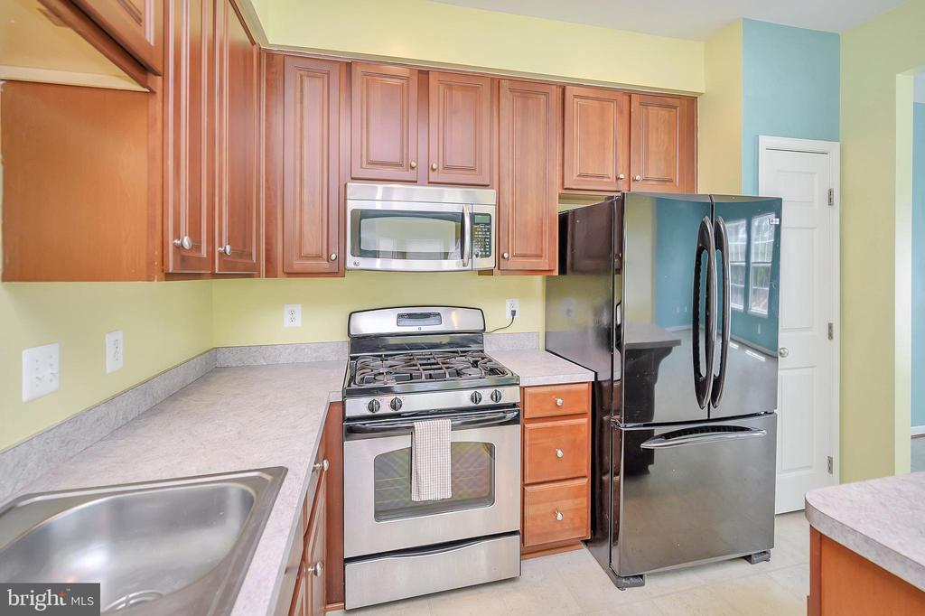 Kitchen  gas stove and french door refrigerator - 48 HUNTING CREEK LN, STAFFORD