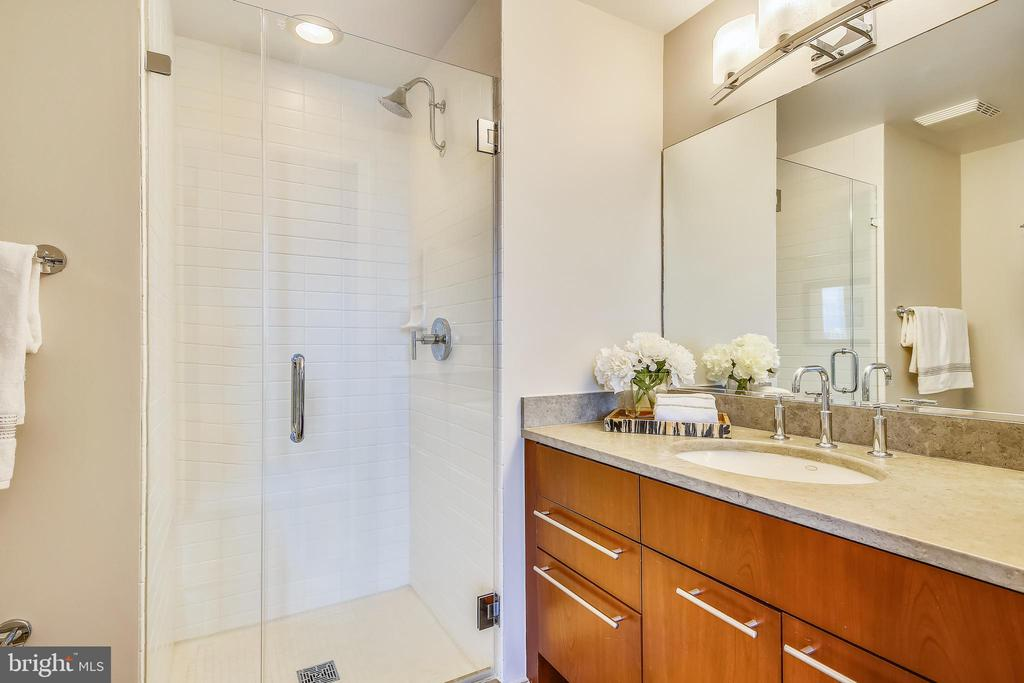 Frameless glass shower - 2001 15TH ST N #1104, ARLINGTON