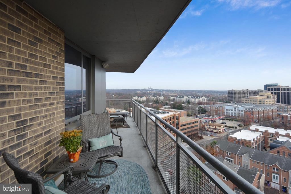 Large wrap-around balcony is great for relaxing - 2001 15TH ST N #1104, ARLINGTON
