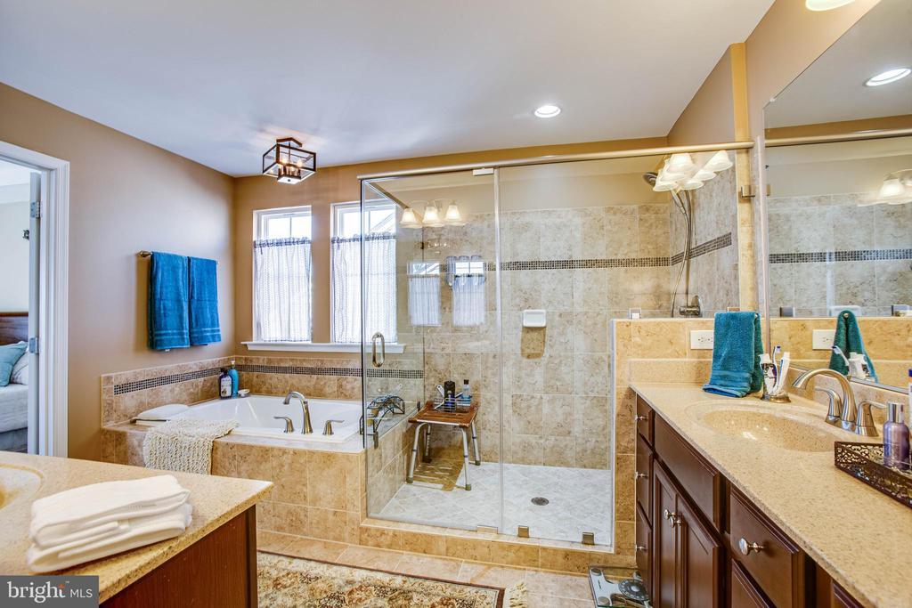 Beautiful tile and soaking tub - 52 WAGONEERS LN, STAFFORD