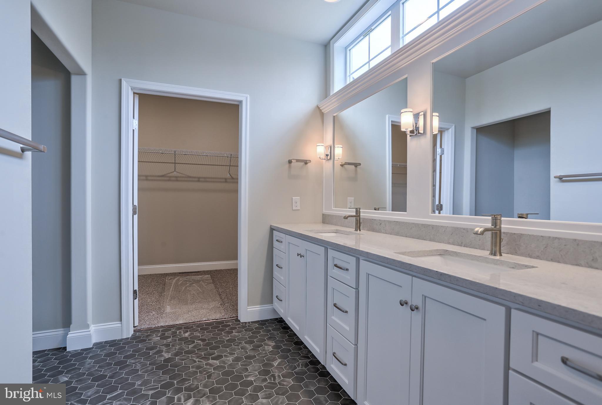 Stunning 9' vanity w/double sink Master Bath