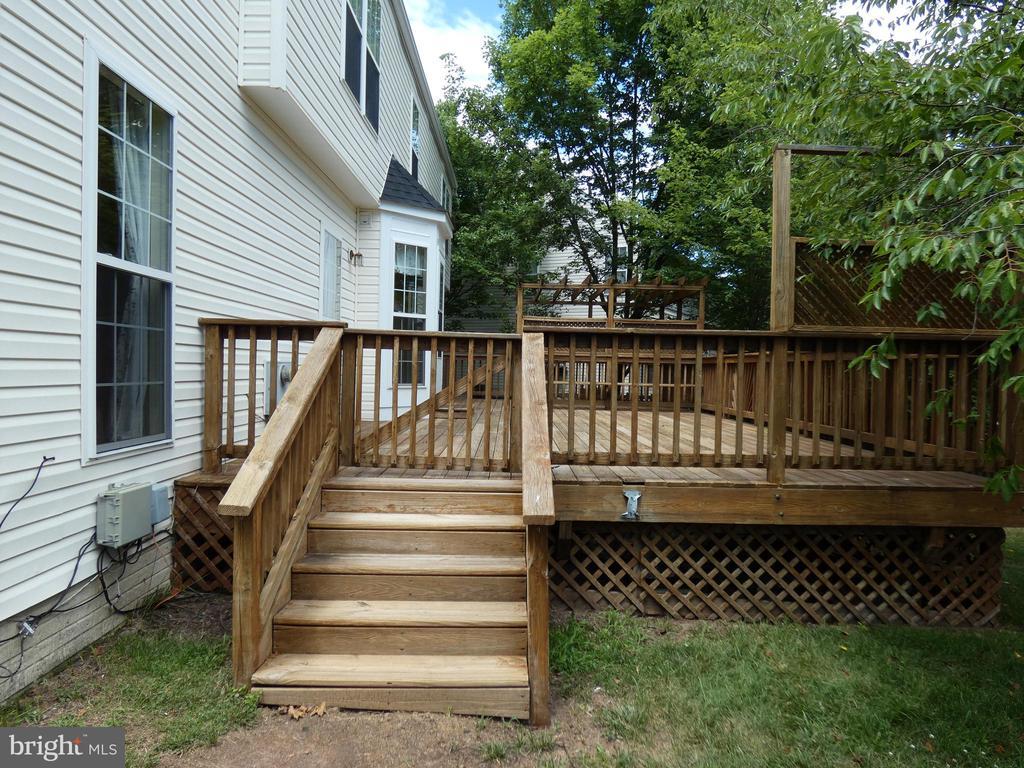 Exterior view of rear deck steps - 43114 LLEWELLYN CT, LEESBURG