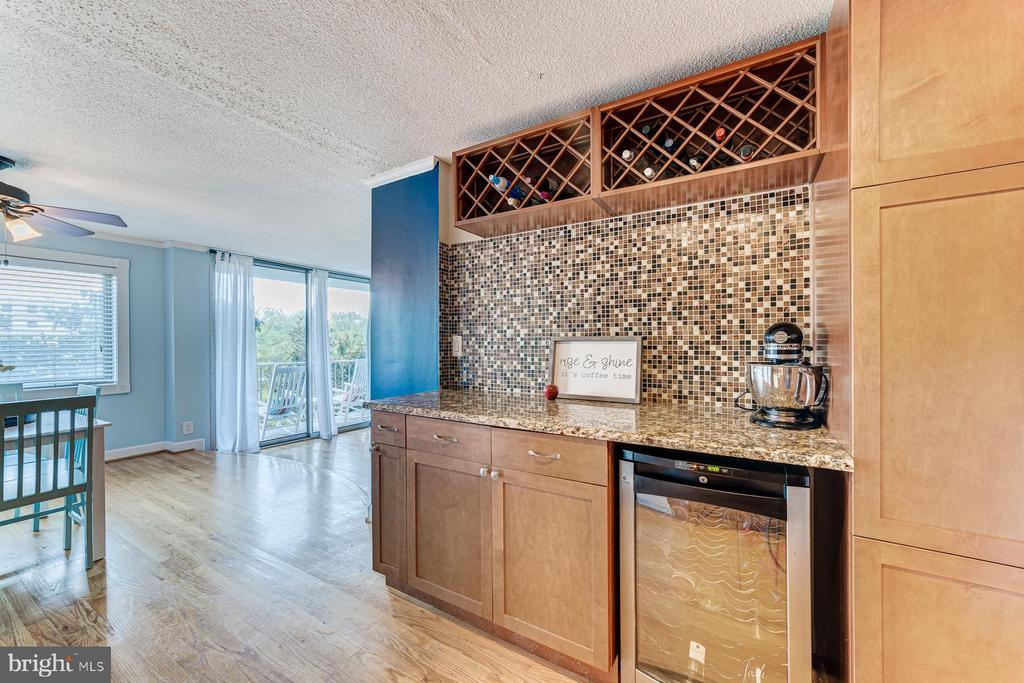 Wine bar with wine cooler - 2059 HUNTINGTON AVE #707, ALEXANDRIA