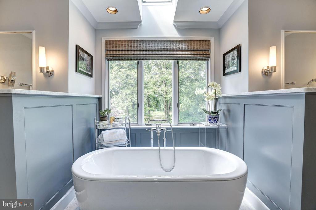 Owners Full Bath, tub w/Lake view and skylight - 10 STANMORE CT, POTOMAC