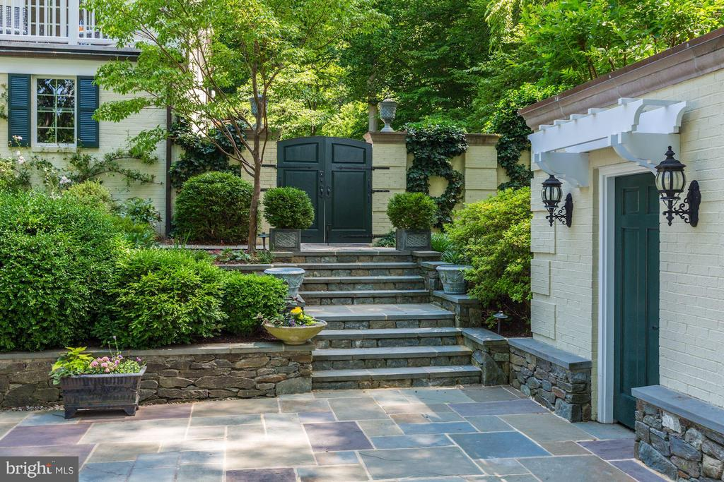 Yard beautifully landscaped and hardscaped - 10 STANMORE CT, POTOMAC