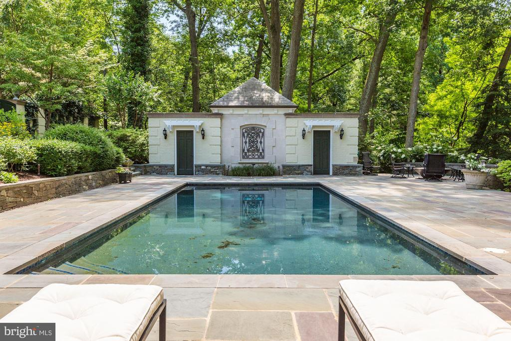 Building, houses pool and garden equipment - 10 STANMORE CT, POTOMAC