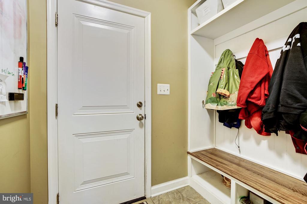 Mud room with access to garage & cubbies - 3805 COLONIAL AVE, ALEXANDRIA