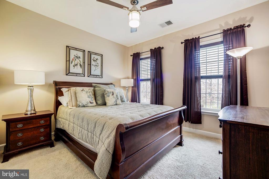 Spacious third upper level bedroom - 3805 COLONIAL AVE, ALEXANDRIA