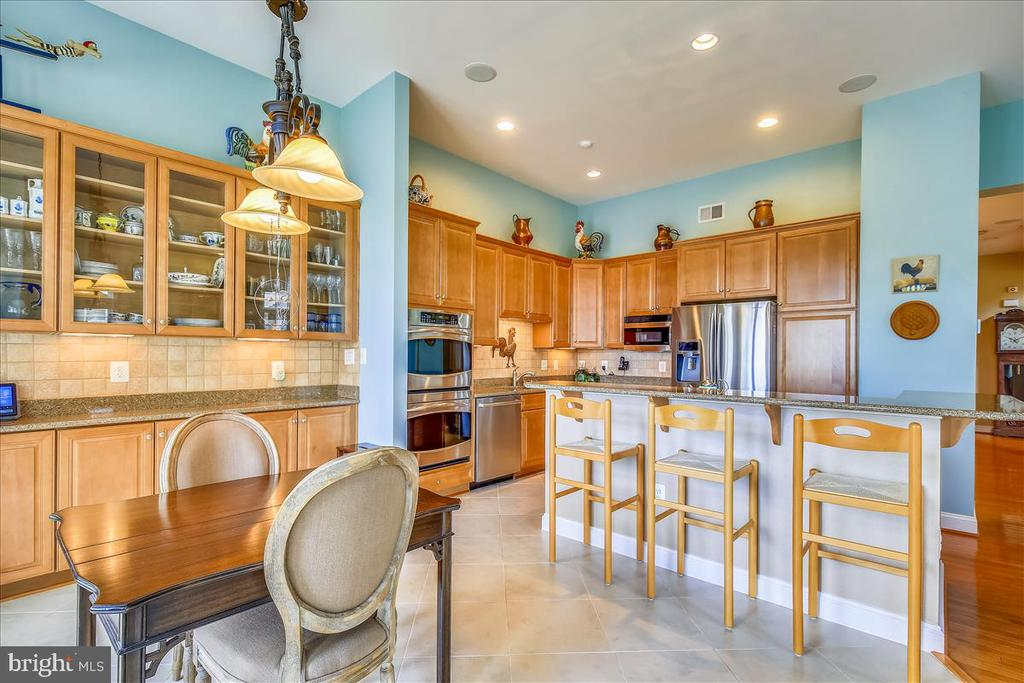Tons of counter space and cabinetry - 18356 FAIRWAY OAKS SQ, LEESBURG