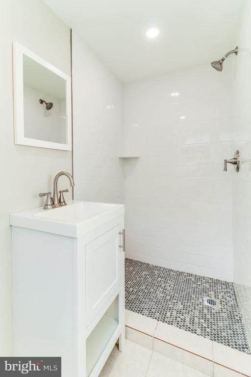 Main level bathroom, pic 1 - 900 S WAKEFIELD ST, ARLINGTON