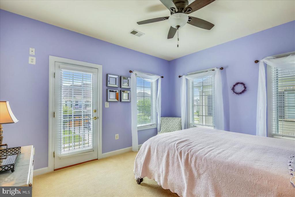 Guest bedroom w private balcony, tons of windows - 18356 FAIRWAY OAKS SQ, LEESBURG