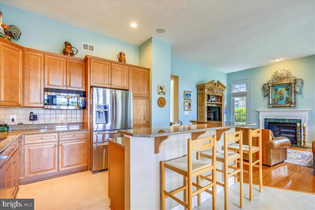 Breakfast bar, open to family room - 18356 FAIRWAY OAKS SQ, LEESBURG