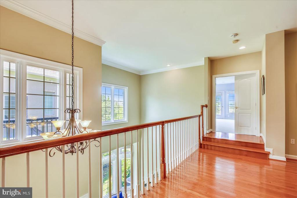 Upper level landing looks over foyer - 18356 FAIRWAY OAKS SQ, LEESBURG