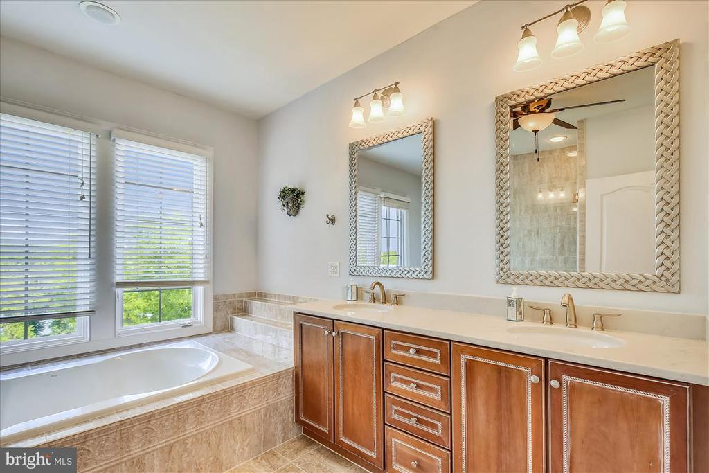 Owners' ensuite with double vanity - 18356 FAIRWAY OAKS SQ, LEESBURG