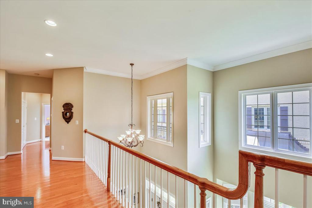 Upper level landing with more gleaming hardwoods - 18356 FAIRWAY OAKS SQ, LEESBURG