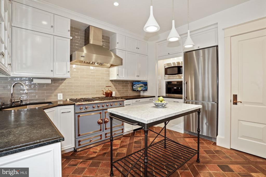 Renovated kitchen features La Cornue stove - 510 HAMMONDS CT, ALEXANDRIA