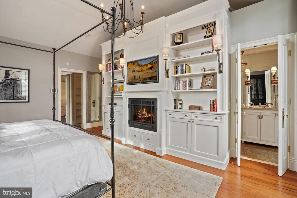 Master bedroom w/ built-ins and gas fireplace - 510 HAMMONDS CT, ALEXANDRIA