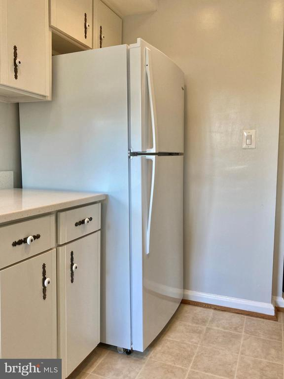 Kitchen with Late Model Refrigerator - 3572 S STAFFORD ST, ARLINGTON