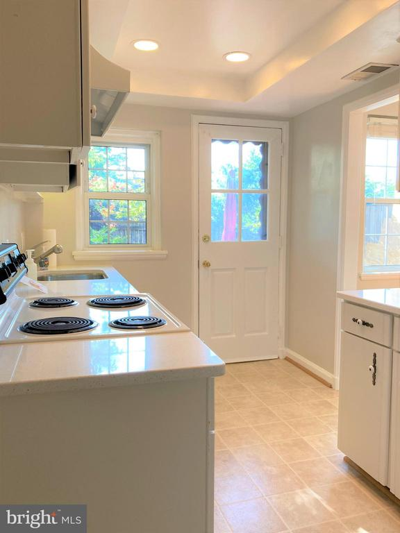 Kitchen with view to Patio - 3572 S STAFFORD ST, ARLINGTON