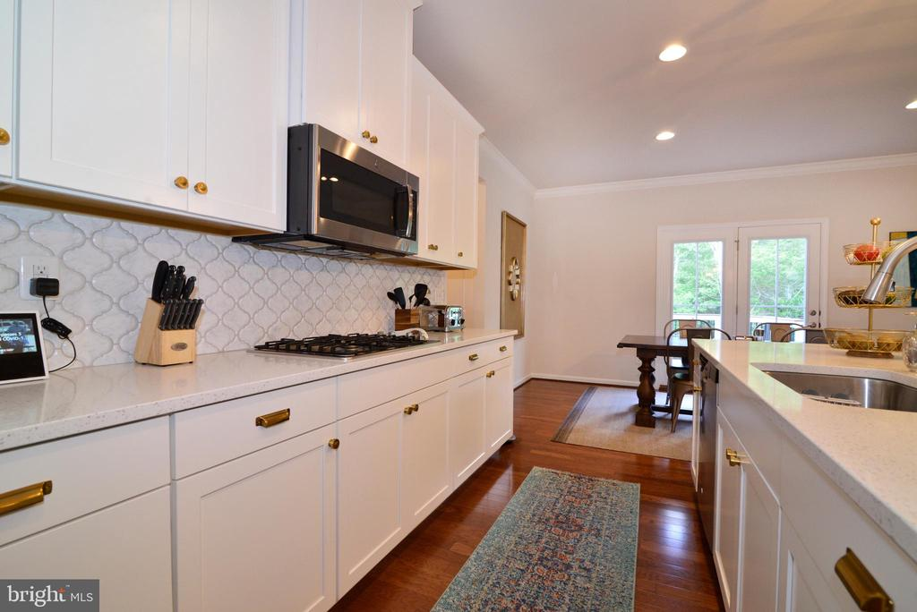 Kitchen cabs with restoration pulls - 24890 DAHLIA MANOR PL, ALDIE